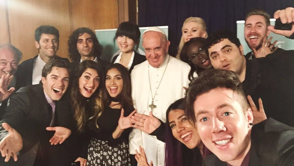 YouTubers take selfie with Pope Francis